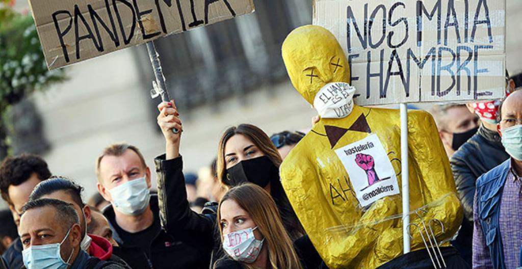 Mielenosoittajat vastustivat koronarajoituksia Barcelonassa 16. lokakuuta.