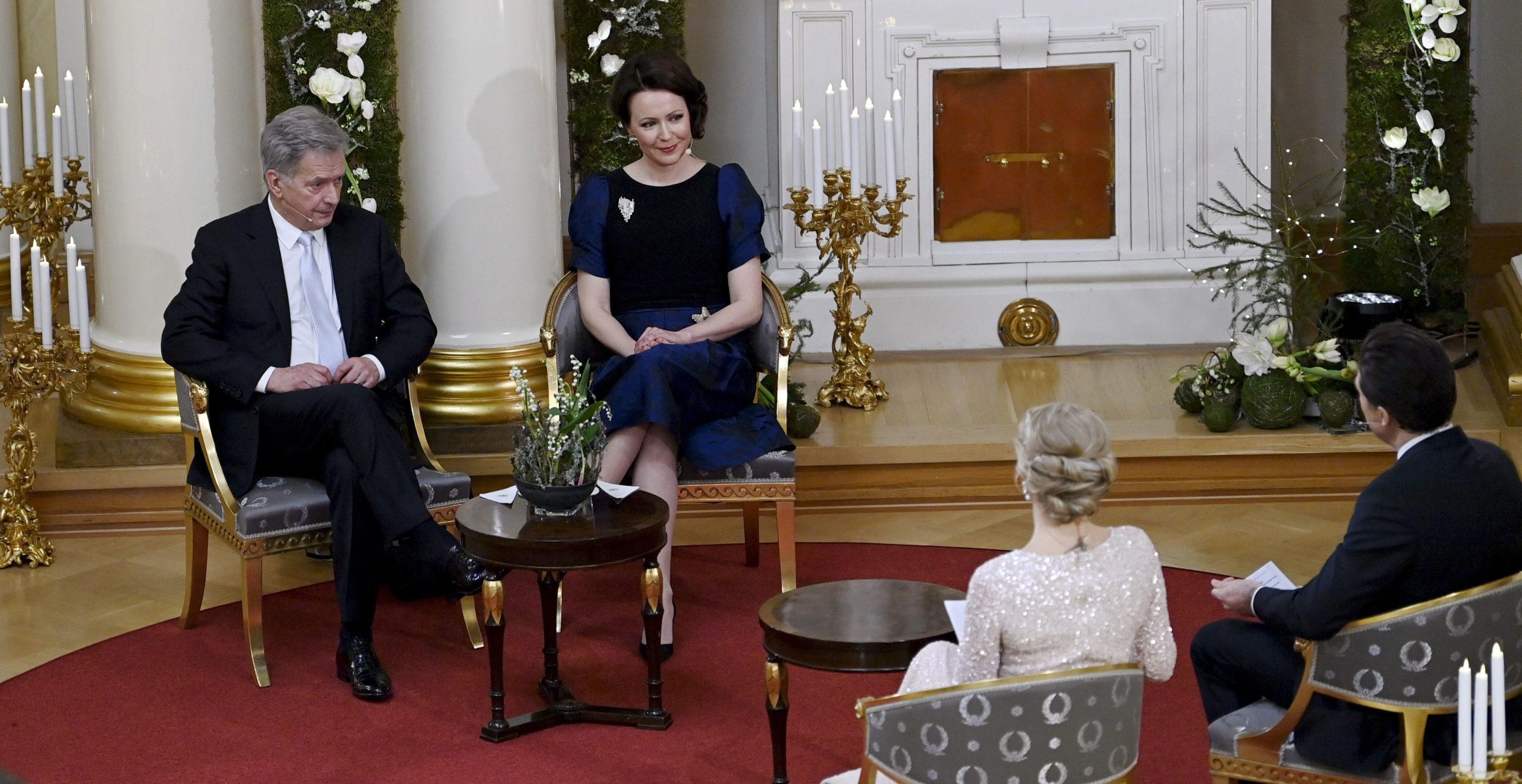 Presidentti Sauli Niinistö (vasemmalla) ja rouva Jenni Haukio olivat ohjelman isäntä ja emäntä. Kuvassa Ylen toimittajat Ella Kanninen ja Jussi-Pekka Rantanen haastattelevat presidenttiparia.