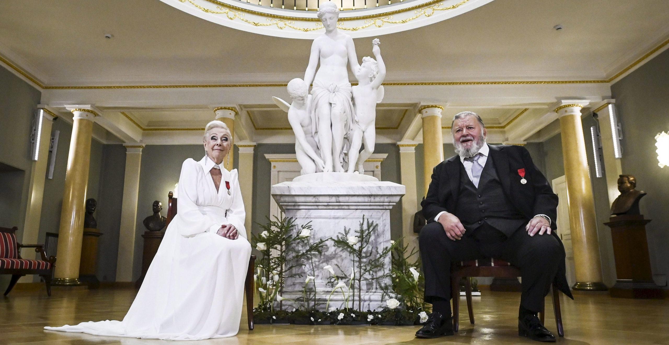Näyttelijät Seela Sella (vasemmalla) ja Esko Salminen esittivät ohjelmassa kokoelman runoja.