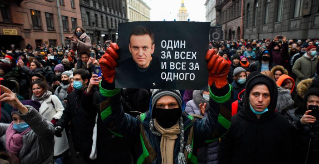 Mielenosoittajat valtasivat kadun Pietarissa 23. tammikuuta. Ihmiset vaativat vapautta Aleksei Navalnyille.