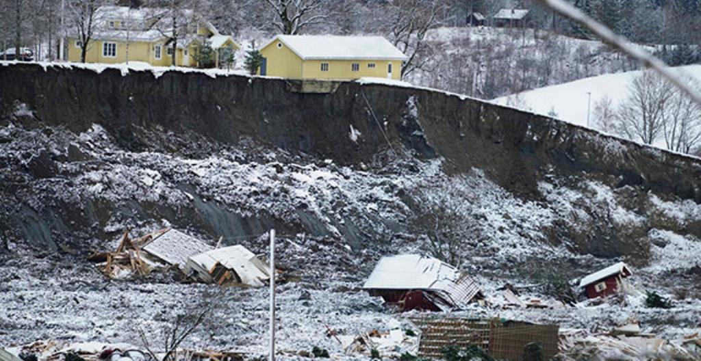 Suuren alueen maaperä lähti vyörymään yhtäkkiä ja monet talot putosivat syvään kuoppaan.