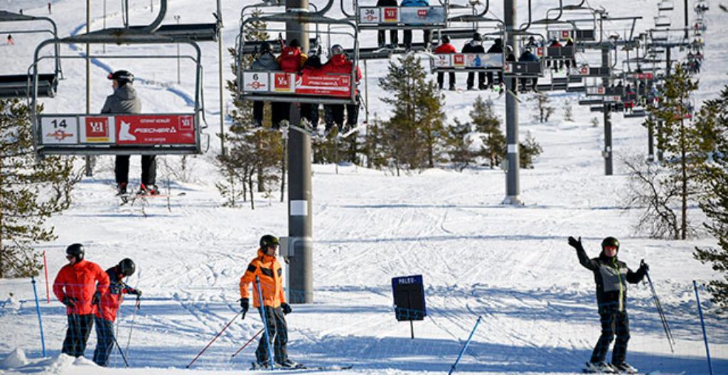 Laskettelijoita Ylläksellä Kolarissa. Ylläs on suosituimpia hiihtokeskuksia.