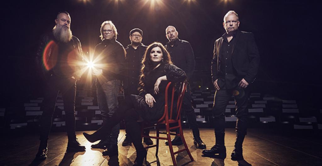 Yö-yhtye. Kuvassa keskellä on Suvi Teräsniska.