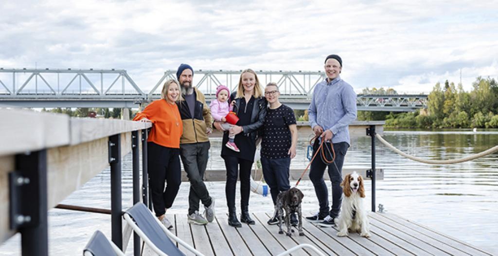 Kuvassa ovat TV-sarjan päähenkilöt: Annamari, Grit, Naomi-vauva, Minna, Pernilla, Petro sekä koirat Isla ja Rolle.