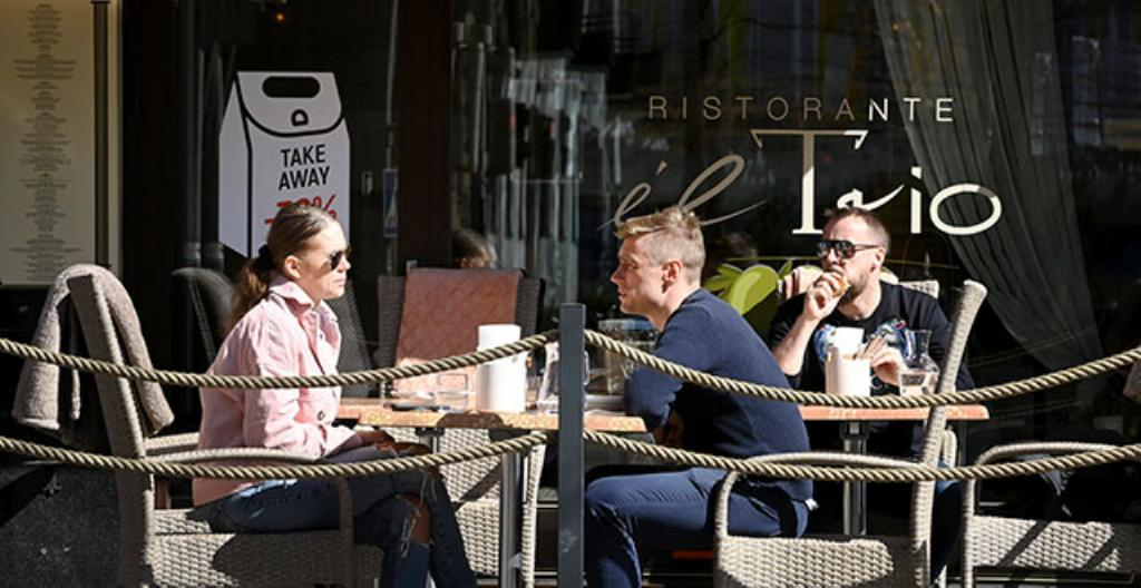 Ihmisiä ravintolan terassilla Helsingissä maanantaina 19. huhtikuuta.