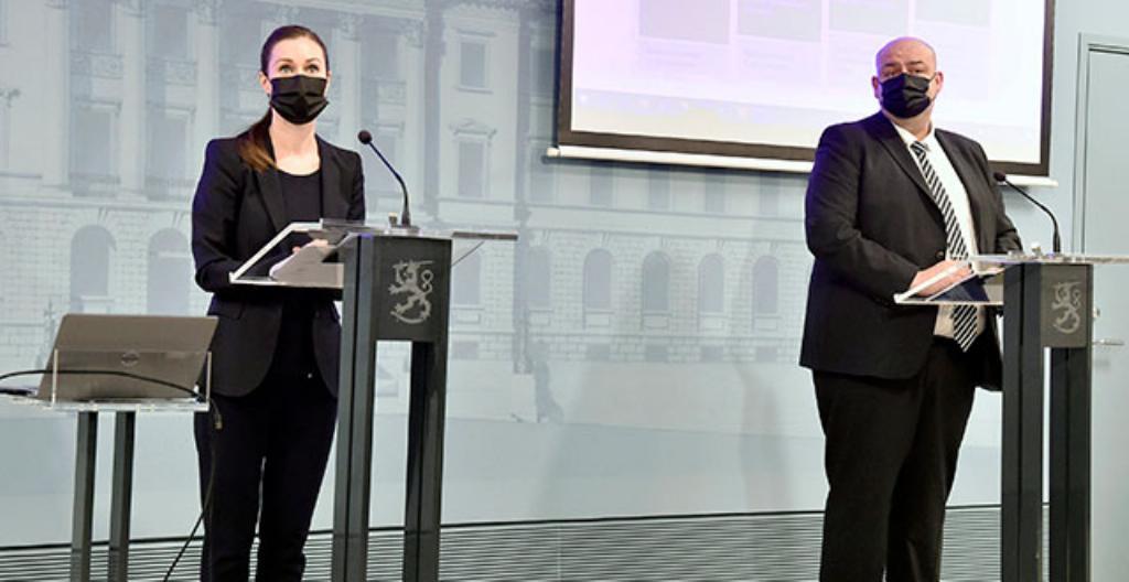 Pääministeri Sanna Marin (vasemmalla) ja valtiosihteeri Henrik Haapajärvi ovat hallituksen tiedotustilaisuudessa..