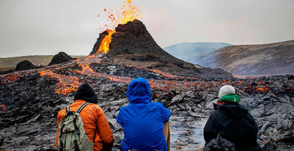 Retkeilijät katsoivat Fagradalsfjall-tulivuoren purkausta.