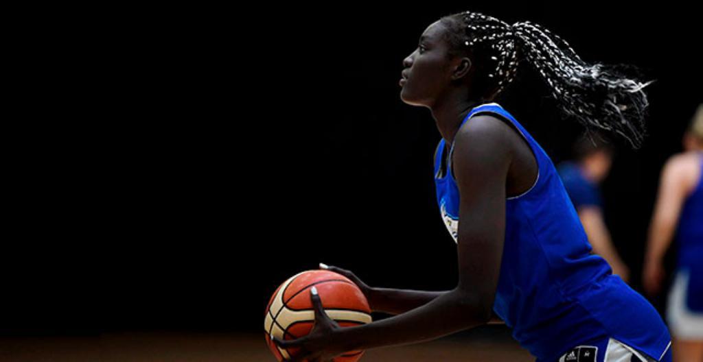 Awak Kuier on 19-vuotias suomalainen koripalloilija.