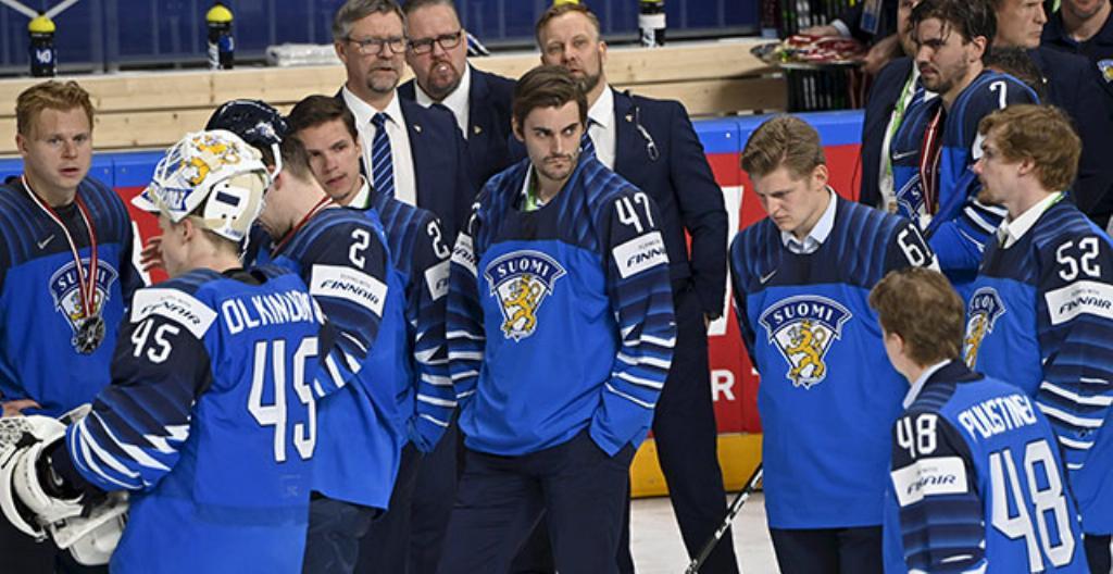 Suomen joukkueen pelaajat olivat pettyneitä, kun he saivat hopeamitalit. Keskellä kuvassa Leijonien päävalmentaja Jukka Jalonen.