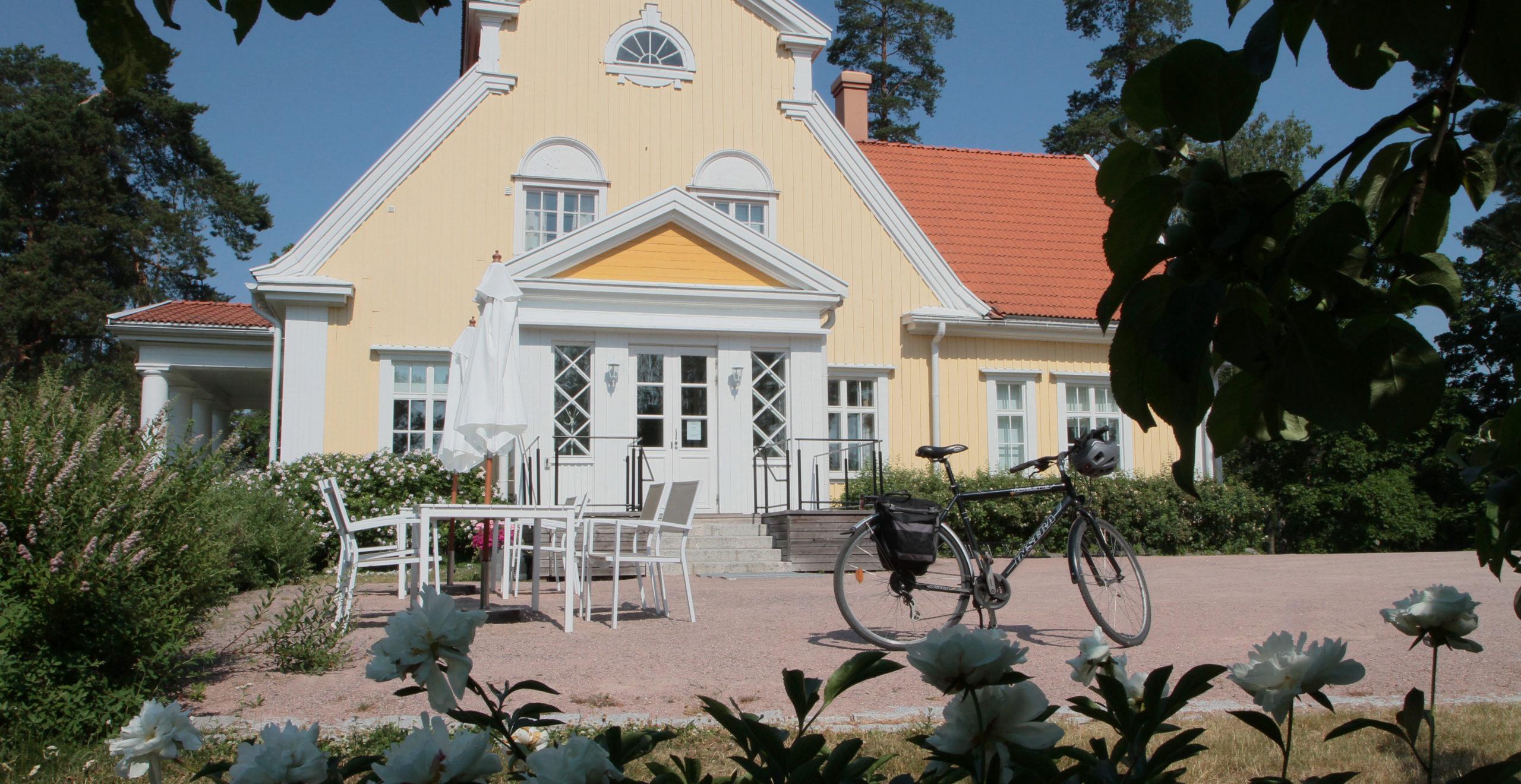 Kallio-Kuninkalassa on kahvila. Talo sijaitsee mäen päällä ja sieltä on hieno näköala Tuusulanjärvelle.