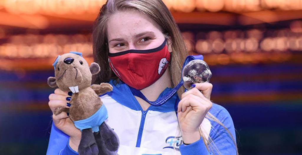 Ida Hulkko kuvattiin maskottimajavan ja EM-hopeamitalin kanssa. toukokuussa Budapestissa. Hulkko voitti EM-kisoista hopeaa.