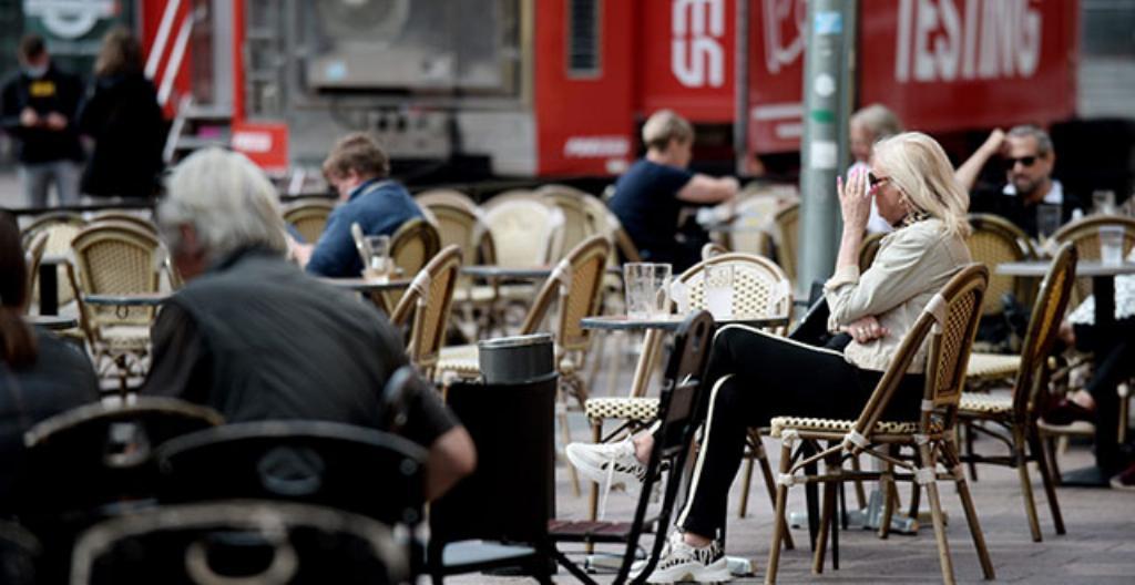 Ihmiset istuivat terassilla Helsingissä sunnuntaina 8. elokuuta. Ravintoloiden aukioloa on rajoitettu, koska koronatilanne on huonontunut.