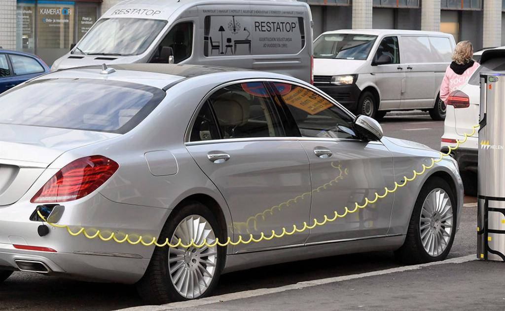 Ladattava hybridiauto.