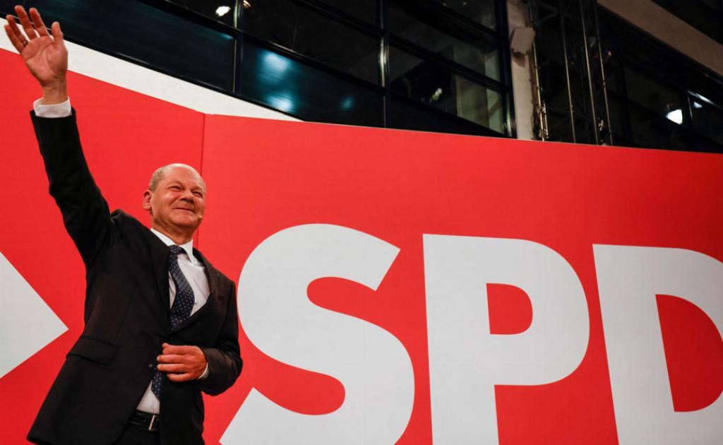 Kuvassa SPD:n puheenjohtaja Olaf Scholz juhlii vaalivoittoa. Scholzin puolue voitti Saksan parlamenttivaalit sunnuntaina.