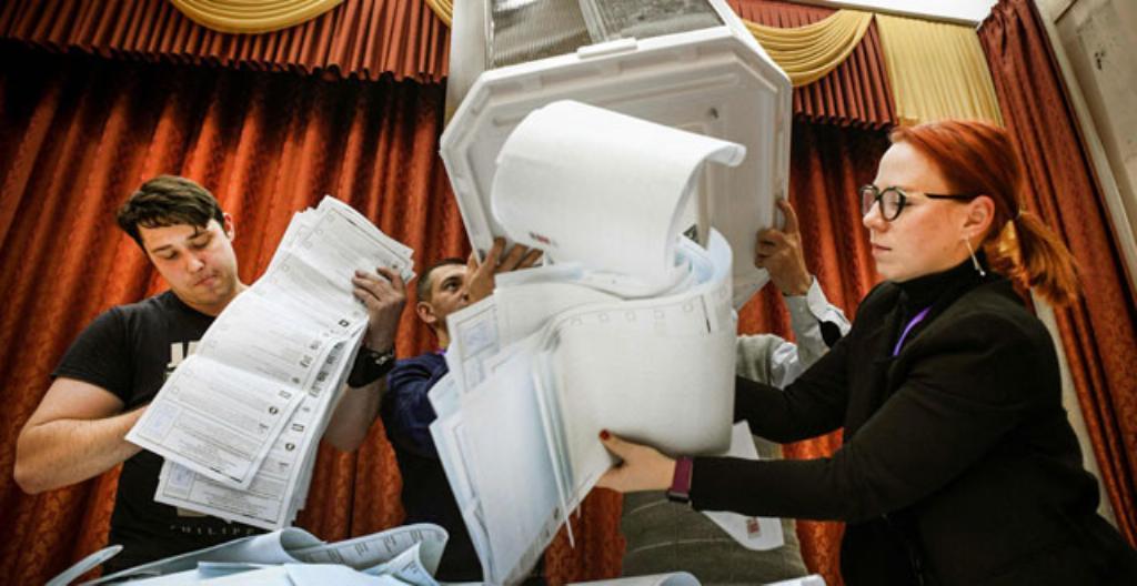 Kuvassa vaalivirkailijat tyhjentävät vaaliuurnaa Moskovassa.