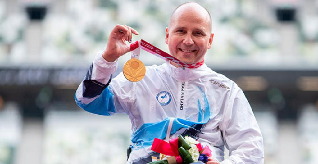 Toni Piispanen voitti kultaa 200 metrin ratakelauksessa.