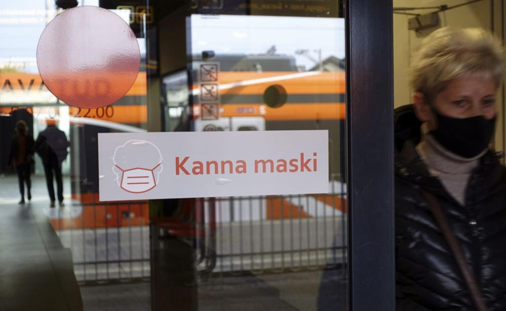 Kanna maskia on viron kieltä. Se tarkoittaa: käytä maskia. Virossa on nyt pakko käyttää maskia julkisissa tiloissa. Kuva on Tallinnan juna-asemalta.